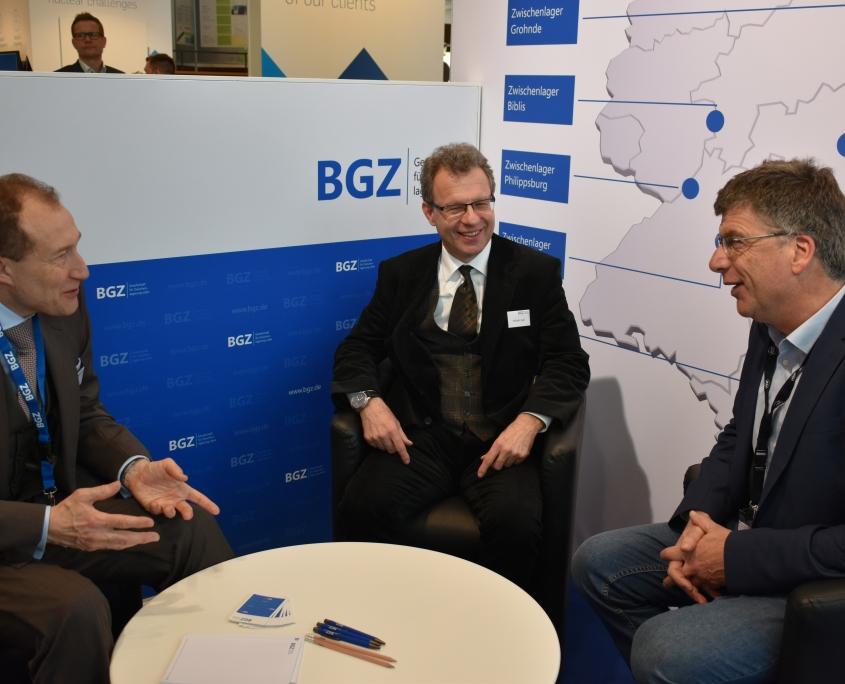 KONTEC 2019: Lars Köbler (kaufmännischer Geschäftsführer BGZ, links) und Wilhelm Graf (technischer Geschäftsführer BGZ) im Gespräch mit einem Gast am Messestand.