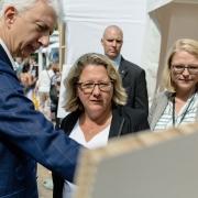 Bundesumweltministerin Svenja Schulze (Mitte) am Stand der BGZ. Copyright: BMU/Espen Eichhöfer
