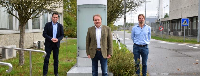 Landtagsabgeordneter Helmut Radlmeier (m.) kam zum Fachgespräch an den Standort Isar, um sich mit BGZ-Standortkommunikator Stefan Mirbeth (l.) und Markus Luginger (r.), Leiter des Zwischenlagers Isar, auszutauschen.